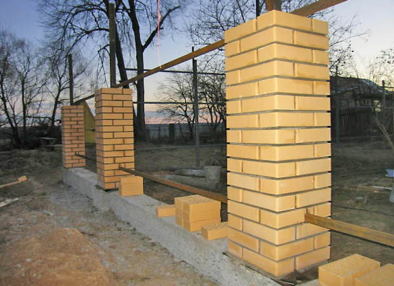 Забор из профнастила и кирпичных столбов своими руками фото